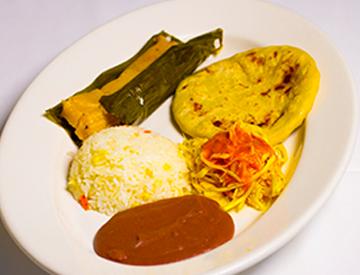 Combinaciones/Combinations: Pupusas & Tamales